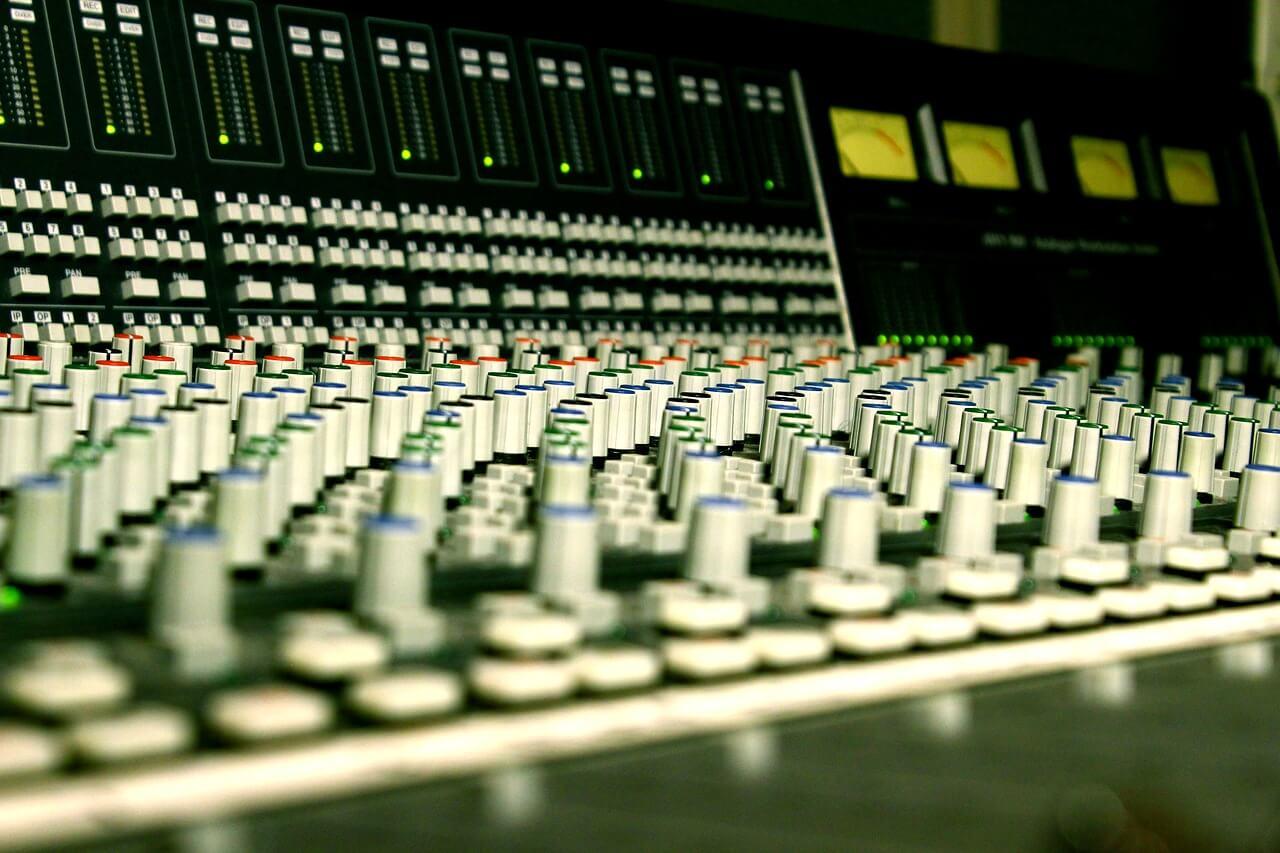 מיקסר באולפן הקלטות