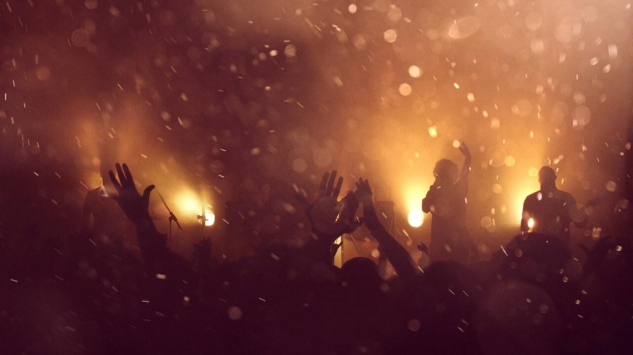 אנשים רוקדים בהופעה